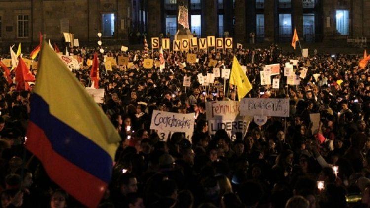 Miles de personas se manifestaron en la Plaza de Bolívar en Bogotá para rechazar los asesinatos de los líderes sociales. (Reuters)