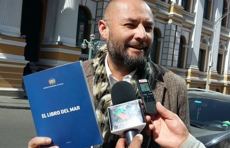 El chileno Alfonso Ossandon junto a un ejemplar del Libro del Mar. Foto: La Razón