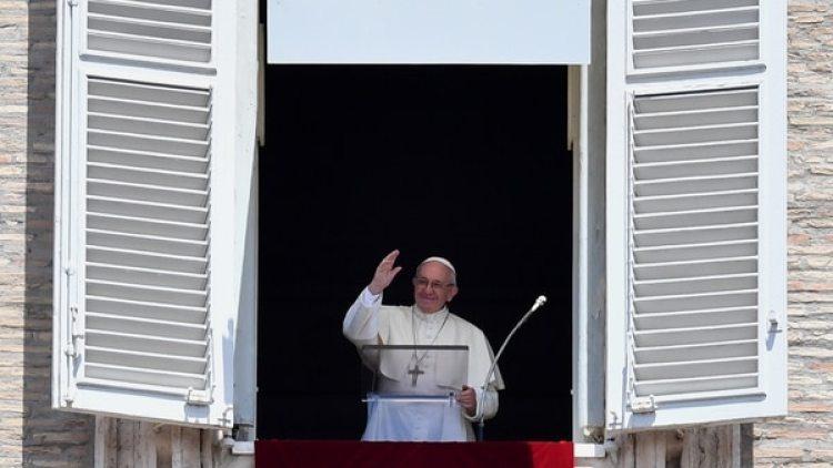 Desde el balcón Palacio Apostólico del Vaticano, el Papa Francisco consoló a los brasileños (AFP)