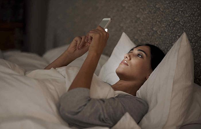 Esta es la razón por la que es NO debes dormir con el celular debajo de la almohada