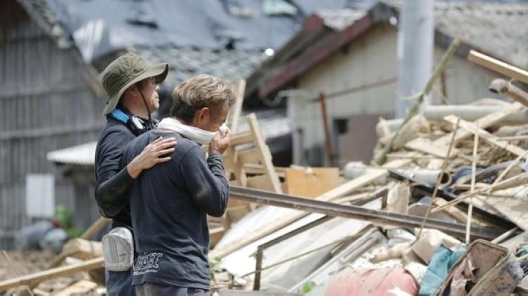 Los familiares de las víctimas por lluvias torrenciales, en la Prefectura de Ehime, Japón (Kyodo)