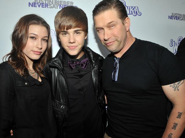 Hailey Baldwin, Justin Bieber y Stephen Baldwin en el estreno de