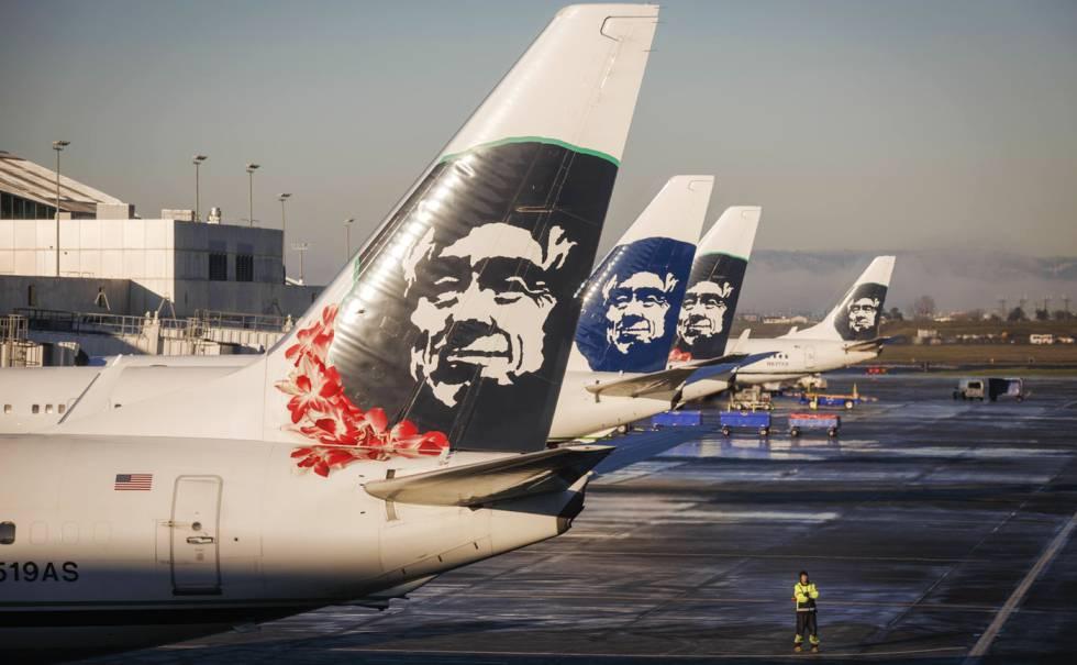 Varios aviones de la Alaska Airlines se preparan para despegar en el aeropuerto internacional de Portland, en Oregón.