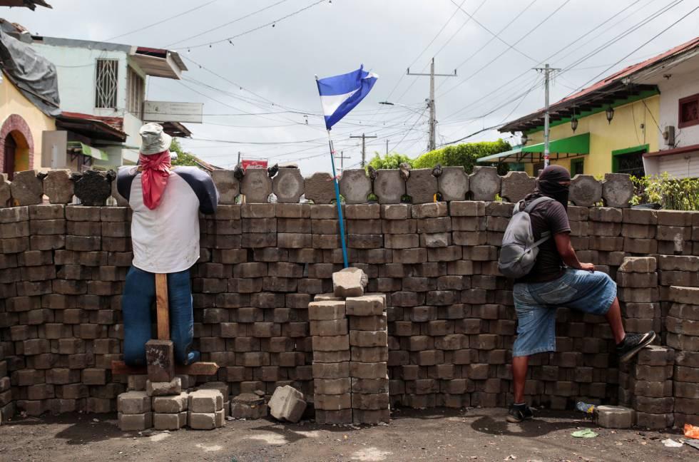 Un manifestante en una barricada en una comunidad indígena de Nicaragua.