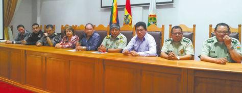 El ministro Romero (centro) junto a representantes de la Policía de Brasil y Bolivia, ayer.