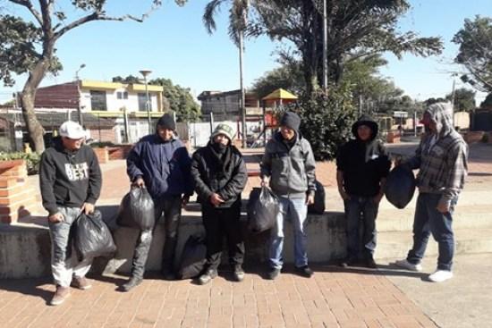 Obligan-a-supuestos-pandilleros-a-recoger-basura-en-la-plaza-Los-Chacos