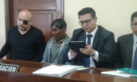 El Defensor del Pueblo, David Tezanos, junto a Ángel F. A., durante la audiencia de este martes. Foto: Defensoría.