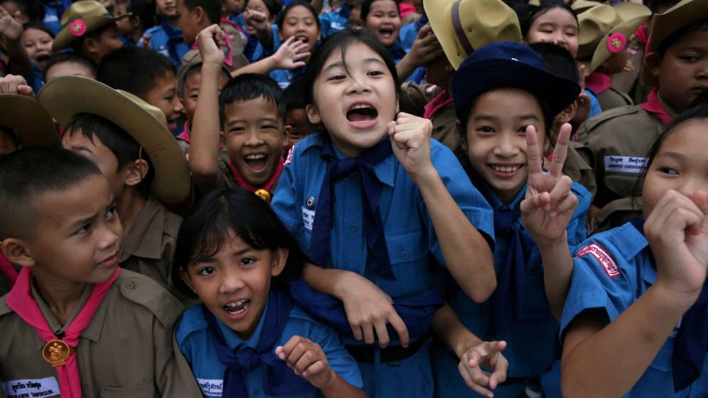 Foto: Alumnos tailandeses celebran la liberación de los niños atrapados en una cueva | Reuters
