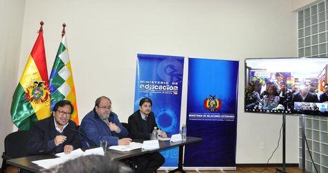 El Ministro de Educación, Roberto Aguilar, (cen) presenta los cursos de Especialidades Técnicas a Distancia. Foto: Cancillería.