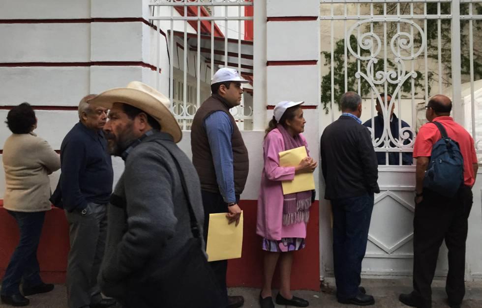 Seguidores frente a la casa de transición de López Obrador