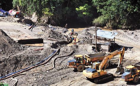 Mineros de la cooperativa Nueva Esperanza que operan en el río Chaquety, en el cantón Arcopongo, en el norte paceño.