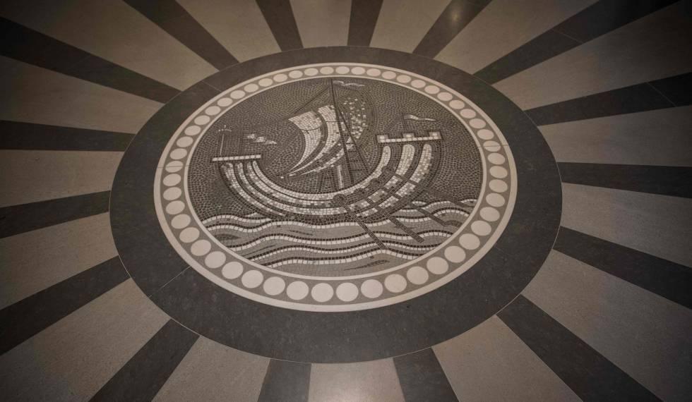 Un mosaico con el emblema del hotel Lutetia en el