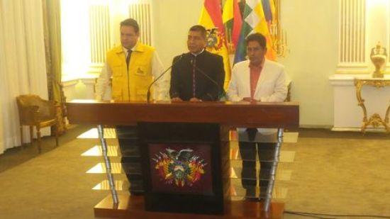 El alcalde Luis Revilla, el canciller David Choquehuanca y el gobernador Félix Patzi durante la conferencia de prensa que ofrecieron la tarde de este jueves. Foto: Dennis Luizaga