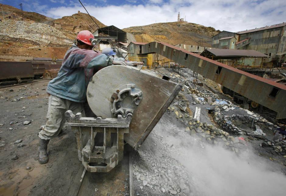 Un minero boliviano vacía una vagoneta en el exterior de la mina Pailaviri en Cerro Rico, en 2008. (Reuters)