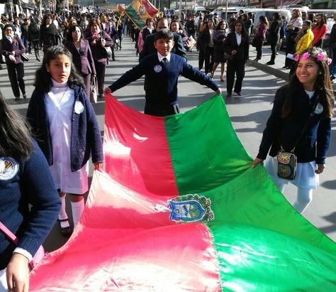 Un grupo de niños portan la bandera de La Paz en el desfile escolar de este viernes.