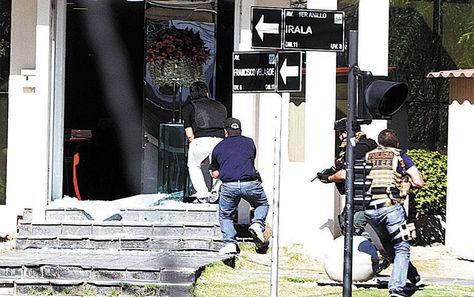 EuroChronos. Se trata de un atraco frustrado a la joyería de EuroChronos, registrado en julio de 2017, que dejó como saldo cinco fallecidos y siete heridos. Se identificó al brasileño Carlos Roberto de Jesús Magrao, líder del PCC en Bolivia, como la persona que planificó el hecho. Foto: El Día-archivo