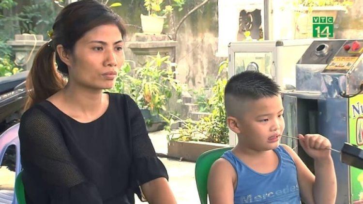 Vu Thi Huong, de 29 años, con el niño que crió