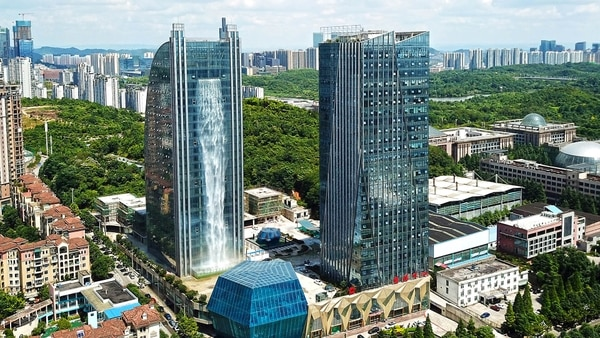 El extravagante rascacielos que desata burlas en China por su insólita cascada