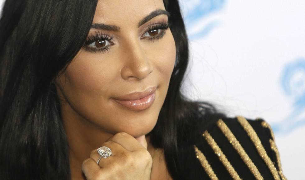 Kim Kardashian, con el anillo de compromiso que le robaron en París.
