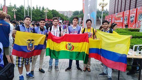 Oscar Arnez y Julio Gamarra representaron al Bolivia en la competencia mundial RobotChallenge que se realizó en Beijing. (Foto: ATB Noticias)