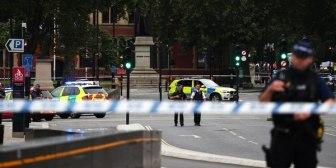 Un auto atropelló ciclistas y peatones y se estrelló contra una barrera del Parlamento británico