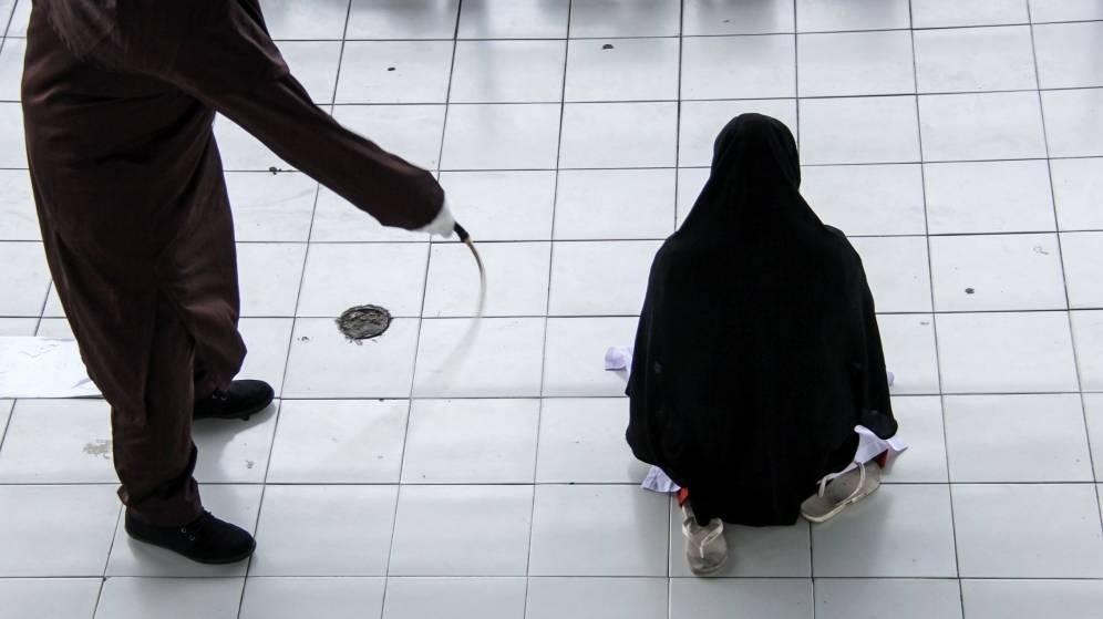 Foto: Una mujer es azotada (EFE/Zikri)
