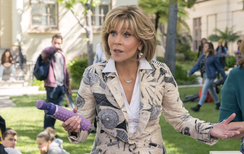 Jane Fonda con un consolador en la mano en una escena de la serie