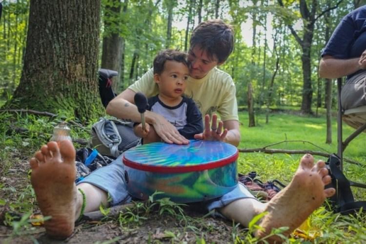 """Kristina Byrne toca el tambor junto a su hijo Adisa Jones, de 2 años en uno de los servicios religiosos de la """"Iglesia de la Selva"""" (The Washington Post / Dayna Smith)"""