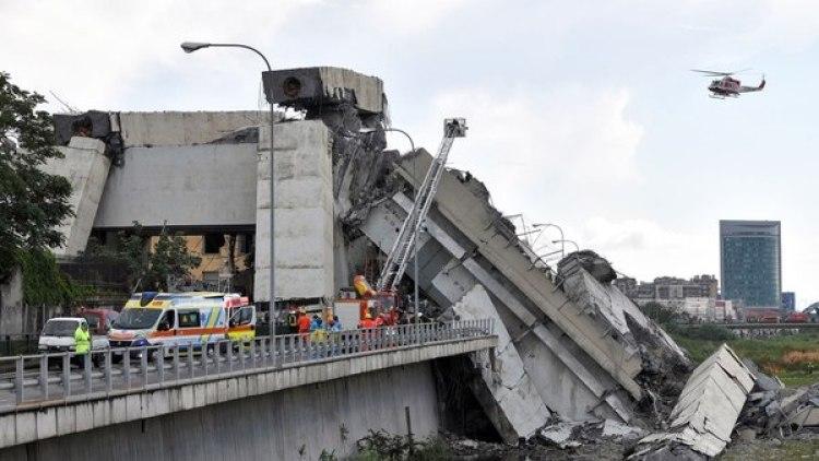 Rescatistas intentan encontrar sobrevivientes entre los escombros.