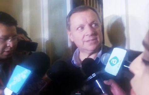 José Alberto Gonzales responde a las preguntas de la prensa sobre su renuncia.