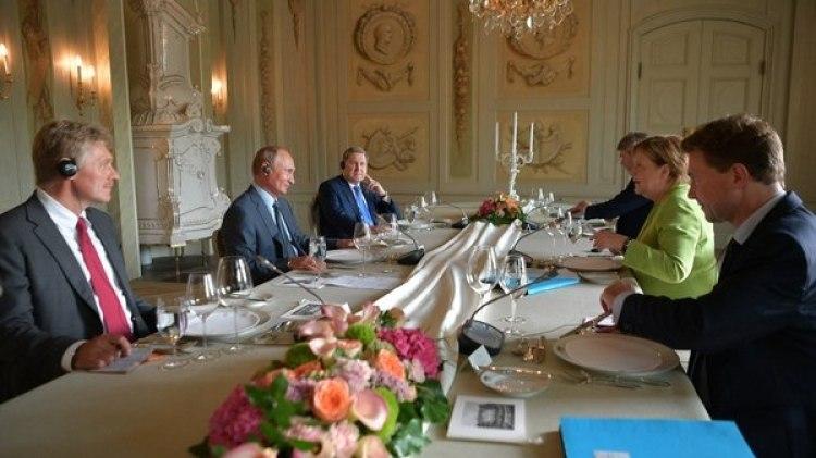 Impágenes de Vladímir Putin y Angela Merkel en el palacio de Mesenberg (Reuters)
