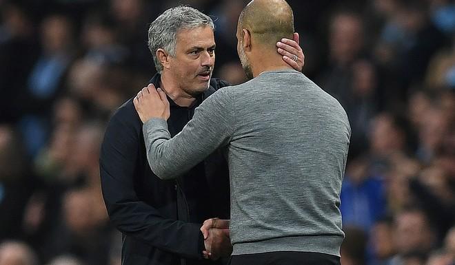 Mourinho saluda a Guardiola en el derbi de marzo de este año.