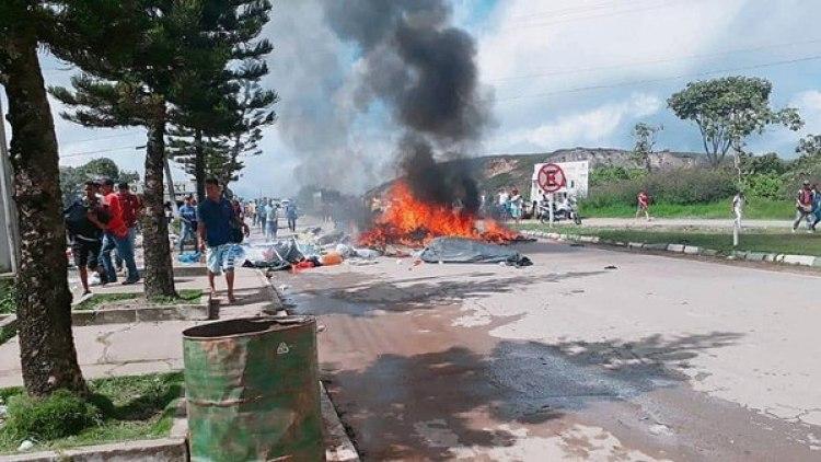 Los manifestantesquemaron sus objetos personales y las tiendas de campaña en las que dormían los migrantes, informaron fuentes oficiales. (EFE/Geraldo Maia)
