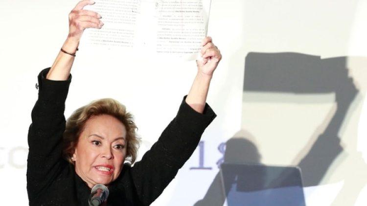 Elba Esther Gordillo al mostrar la resolución judicial que la exoneró de las acusaciones en su contra. (Fotos: AP).