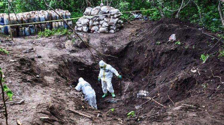 Enterrados encontraron los bidones y los costales con droga líquida y sólida.