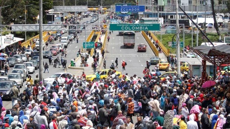 Venezolanos en la frontera con Ecuador (Reuters)