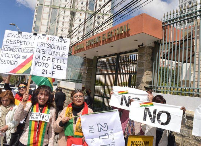 UNA VEZ MÁS, ACTIVISTAS DE LAS PLATAFORMAS CIUDADANAS SALIERON A PROTESTAR FRENTE AL TSE EN DEFENSA DEL 21F. FUE AYER.