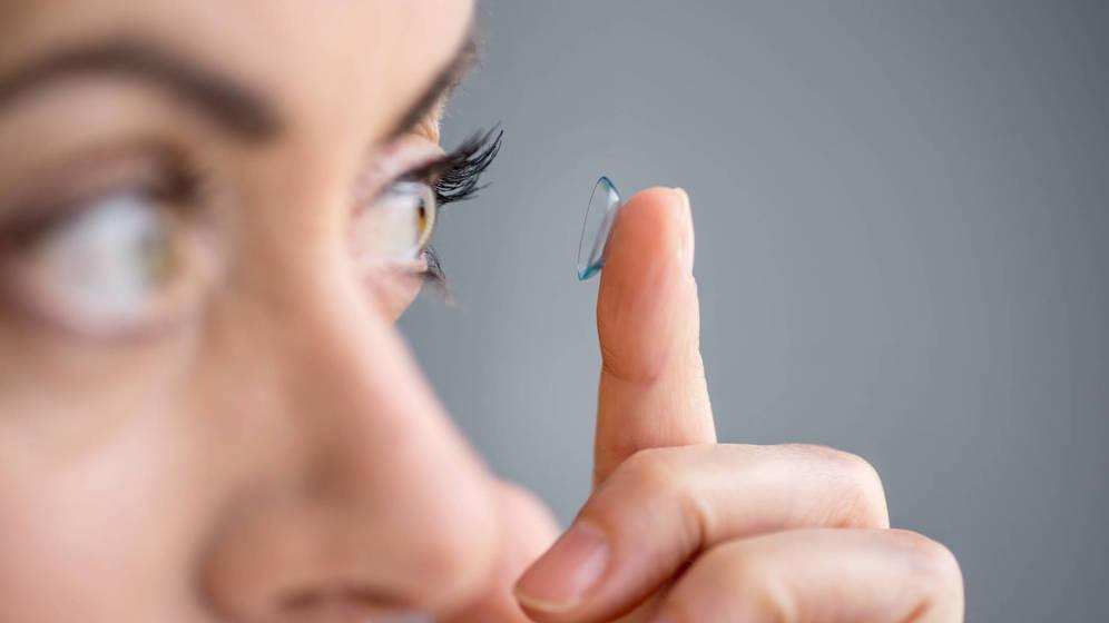 Foto: Hay que recordar siempre quitarse las lentillas. (iStock)