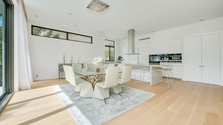 Los colores claros predominan en toda la casa, que destaca por su estilo minimalista, y un diseño sencillo, pero elegante