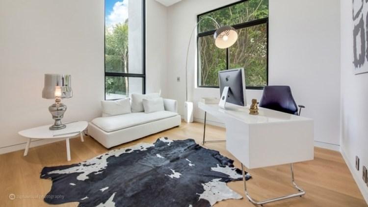 Cada espacio está concebido en total armonía con la naturaleza del exterior de la mansión donde palmeras y grandes árboles brindan frescor también a los sitios más íntimos