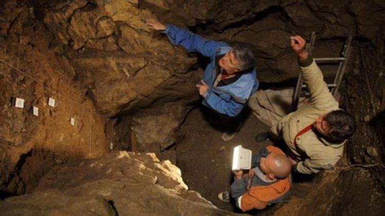 Los investigadores en la cueva de Siberia donde se hizo el hallazgo