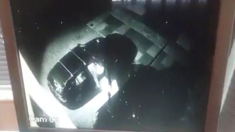 El criminal inspeccionaba el auto cuando apareció su propietario