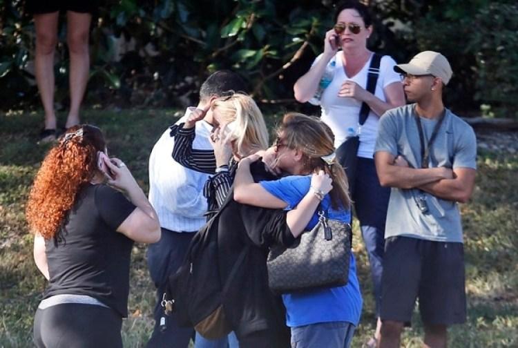Familias esperan en las afueras de la escuela el día del tiroteo. (AP)
