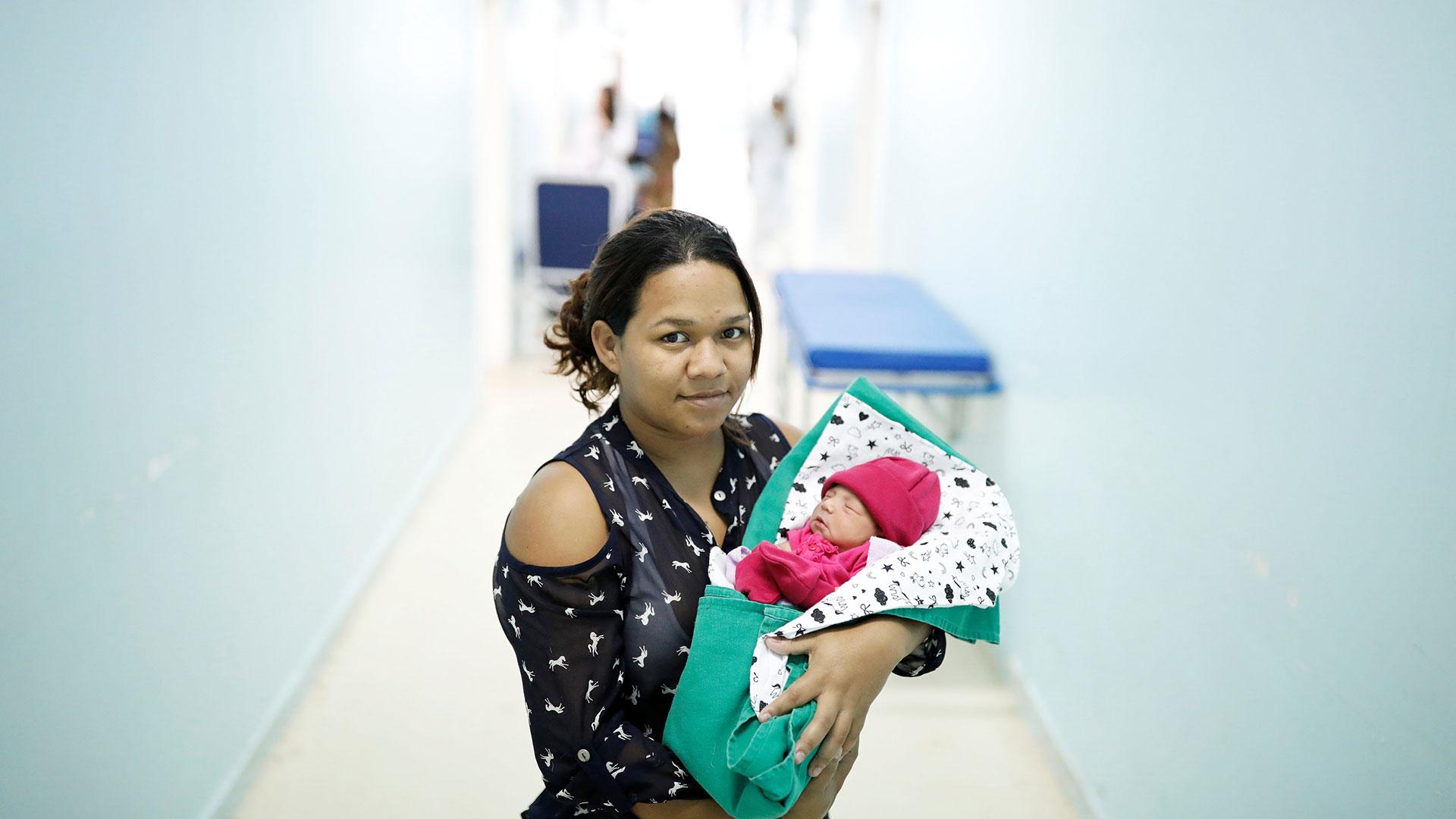 Jackeline, 24, venezolana del estado de Bolívar, sostiene a su bebé Sofía de cuatro días en una maternidad en Boa Vista, estado de Roraima, Brasil, el 21 de agosto de 2018.