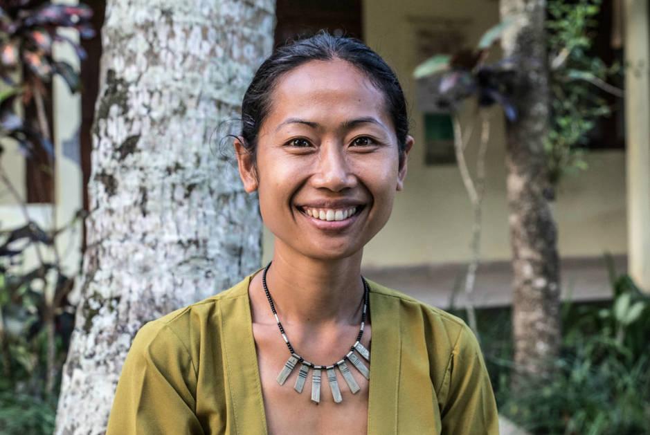 Ni Komang Sariadi (Ibu Sari), fundadora del centro para mujeres PKP, posa para una foto. (A. González)