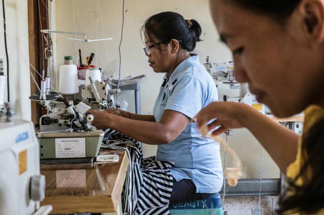 Mujeres balinesas trabajan en proyectos de costura en el centro para mujeres PKP. (A. González)