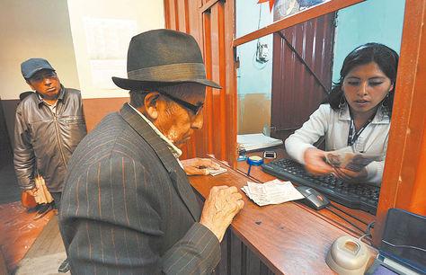La Paz. Una persona de la tercera edad realiza el cobro de su renta de vejez en una entidad financiera.