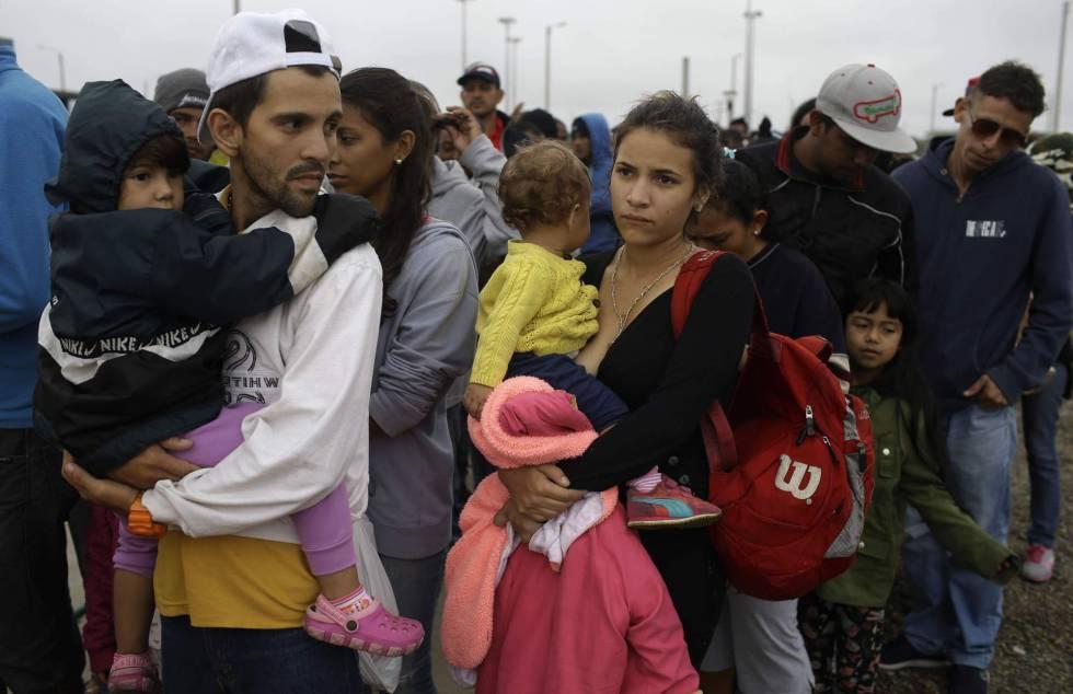 Un grupo de venezolanos trata de cruzar la frontera de Ecuador con Perú esta semana.