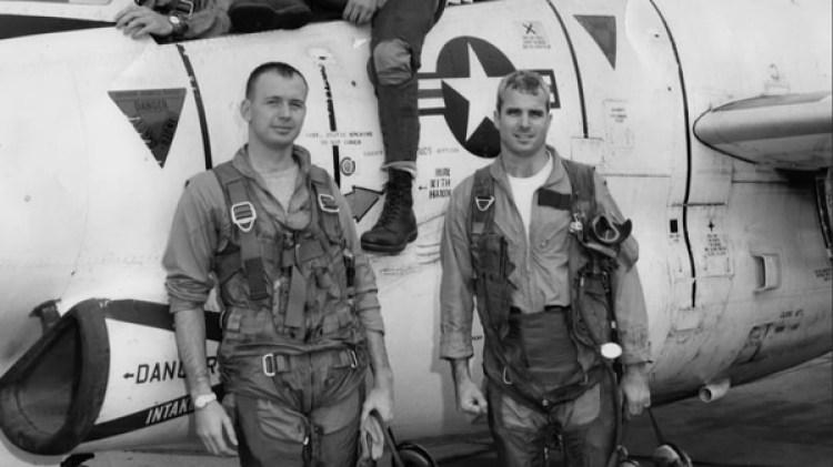 McCain (a la derecha de la foto) combatió en la guerra de Vietnam, donde estuvo en cautiverio durante cinco años y sufrió torturas