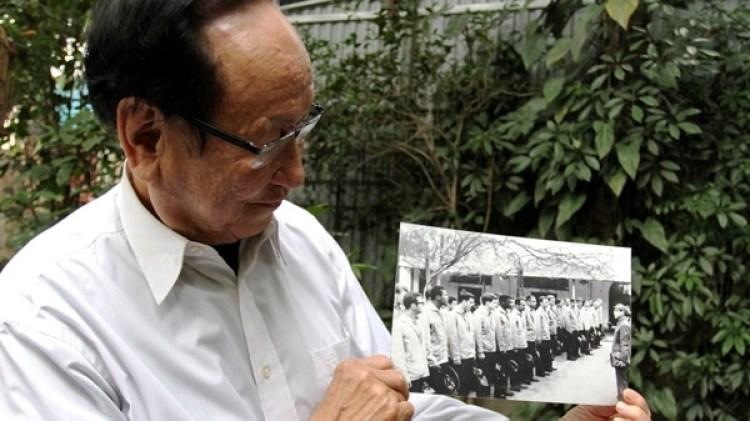 Duyet muestra una foto de prisioneros de guerra (AFP)